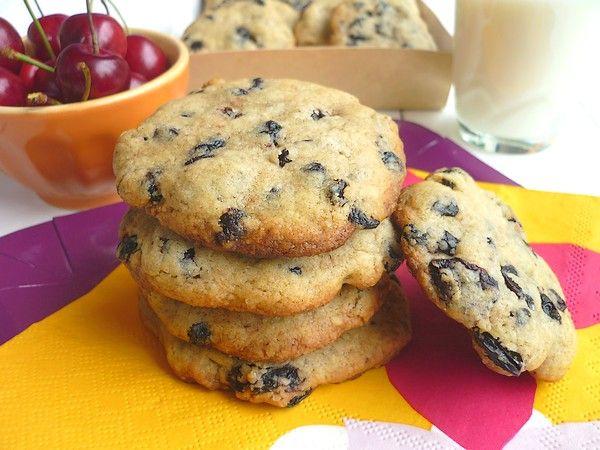 Il me restait des cerises et myrtilles séchées à finir, c'était donc l'occasion de réaliser des cookies. Ces cookies sont à la fois moelleux et croquants ! Une recette simple, rapide et très gourmande qui change du cookie traditionnelle aux pépites de...
