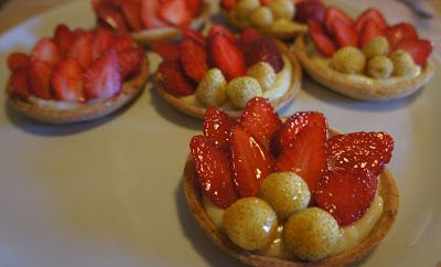 il posto delle visciole: Crostatine di farro con fragole e crema