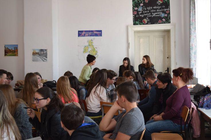 """Elevii claselor IX A, IX B, IX C, X A, X B, X C ai Liceului Reformat din Satu Mare în săptămâna """"Şcolii altfel"""" au participat la dezbaterea unei teme, care îi preocupă şi anume voluntariatul.  Această întâlnire din 22.04.2016 a fost prima locaţie a Caravanei tânărului voluntar. Caravana este o acţiune în cadrul unui proiect în derulare """"Reţea regională de voluntariat în servicii sociale judeţul Bihor-Satu Mare- Sălaj"""" VOLO co-finanţat printr-un grant din partea Elveţiei, prin intermediul…"""