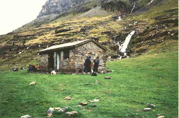 Huesca - Parque Nacional de Ordesa y Monte Perdido En la planicie que hay cuando se llega a la Cola de Caballo, se encuentra este pequeño refugio, que va bien para protegerse de las inclemencias meteorológicas.