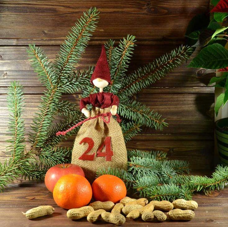 """Adventskalender-Wichtel (Idee mit Anleitung – Klick auf """"Besuchen""""!) - Im Jutesäckchen des knuffigen Wichtels kann man Leckereien oder kleine Geschenke verstecken. Wenn man 24 Wichtel bastelt, hat man einen tollen Adventskalender, der sicherlich weitervererbt wird!"""