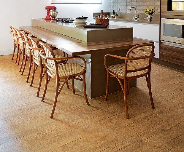 Emborrachado que imita a madeira. Impressos em alta definição, esses substitutos (cerâmicas também são boa opção) ganham texturas de veios na superfície.