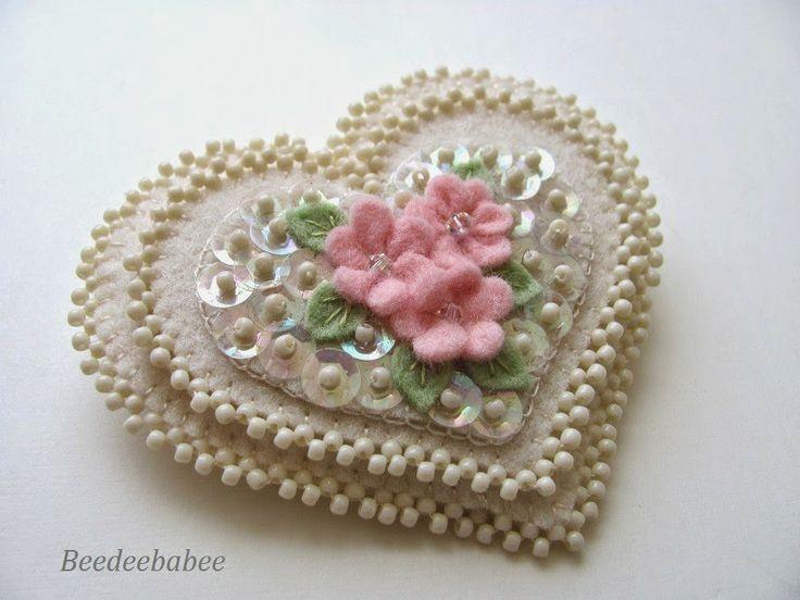Corazon en fieltro - beads and sparkle heart pin