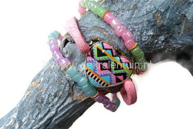 Leuke armbandenset, gemaakt van rocailles, een mooi gekleurd tussenzetsel in de vorm van een hart en faux suèdekoord.