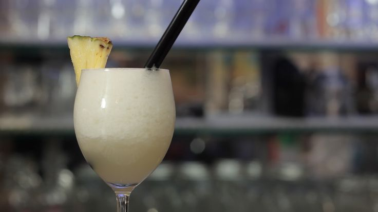 Il PiñaColada è un long drink portoricano a base di rum bianco, latte di cocco e succo di ananas: ecco come farlo a casa.