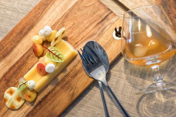 Een heerlijke crémeux van Appelaere. zalf van #kaneel, #gekarameliseerde appeltjes, #krokantjes van #bladerdeeg en ijsgekoelde #appelthee. Benieuwd? Bekijk het recept in ons receptenboekje!
