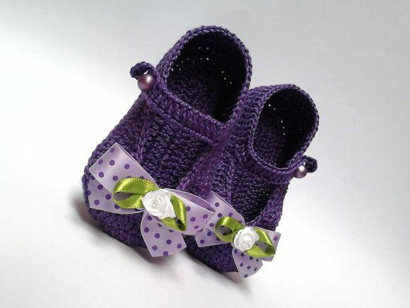 Sapatinho de crochê feminino lilás escuro; botão lilás; rosinha de cetim branca; fita lilás claro com bolinhas lilases escuras.    MEDIDAS > ESCOLHA QUALQUER MEDIDA:  8 cm, 9 cm, 10 cm, 11 cm, 12 cm.  8 cm é para recém nascido.    DICAS PARA ESCOLHER A MEDIDA IDEAL DO SAPATINHO:  1 O número dos s...