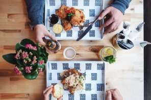 Südstaaten Soul Food mit modernem Twist  An der Westrasse gackert es ab morgen aus allen Rohren – im übertragenen Sinne natürlich. Yardbird nennt sich das neue innovative Lokal, das sich ganz dem amerikanischen Südstaaten Soul Food verschrieben hat. Der besteht bekanntlich zu einem grossen Teil aus Fried Chicken. Im Yardbird werden traditionelle Fried Chicken Rezepte mit einem zeitgenössischen Twist serviert.