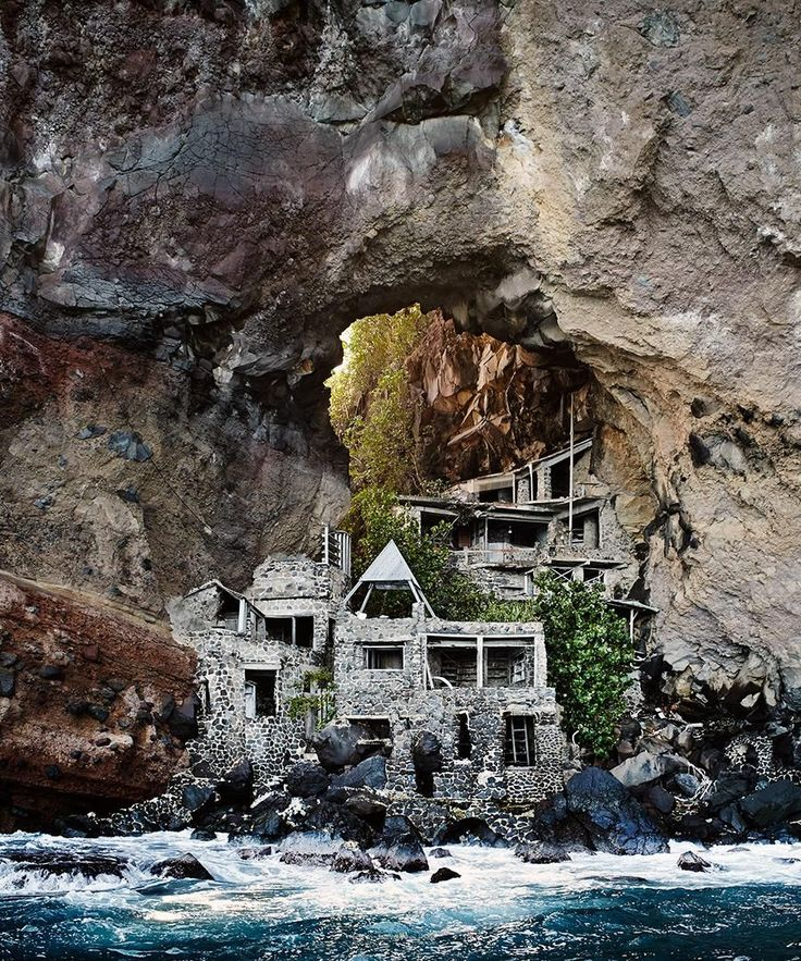 Dans les Caraïbes, un couple américain avait créé un hôtel sur l'île de Bequia. Incrustée dans une roche volcanique, cette maison a été construite sous une arche naturelle, pour une vie à la Robinson Crusoe. À la mort du propriétaire en 2001, l'affaire perd sa valeur et l'espace est maintenant voué à l'abandon.| Bio à la une
