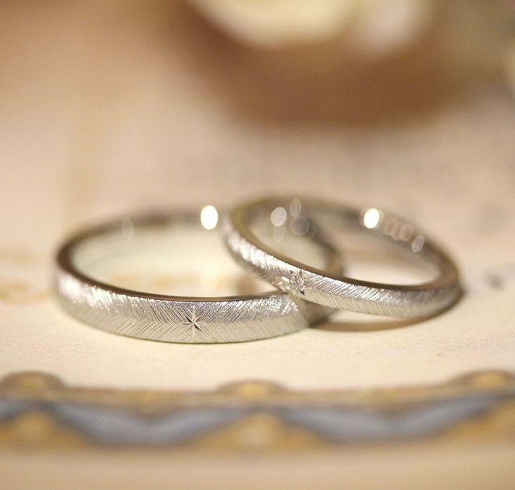 中心には星の飾り彫り、女性のリングには男性とお揃いの彫りにダイヤモンドが1ピース  [marriage,wedding,ring,bridal,Pt900,プラチナ,マリッジリング,結婚指輪,オーダーメイド,ウエディング,ith,イズマリッジ]