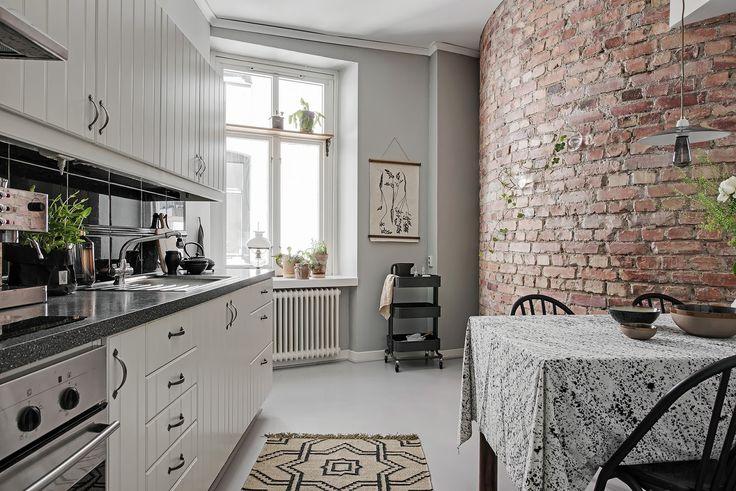 Cum pot textilele naturale să transforme decorul unui apartament, vezi din amenajarea acestui interior de 58 m² din Suedia.