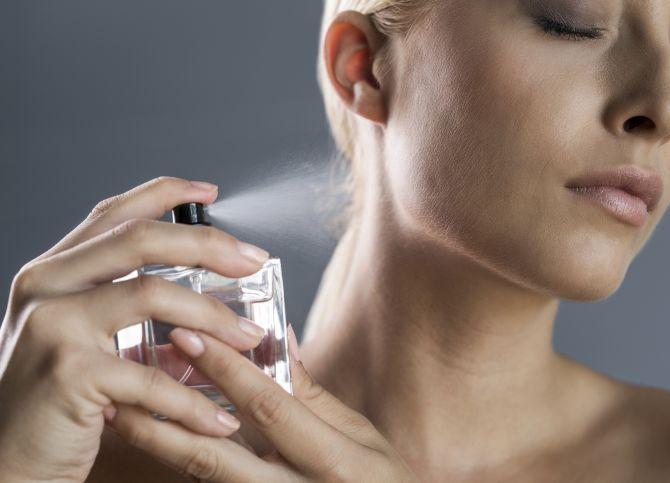 Používate parfum správne? Miesta, kde sa vôňa drží najlepšie vás prekvapia | Diva.sk