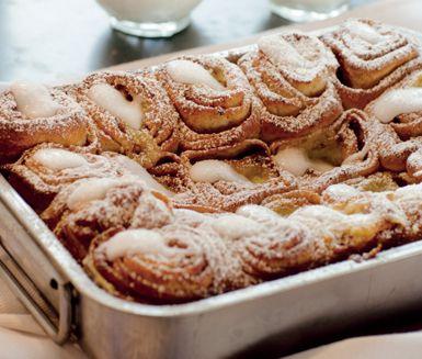 Ett underbart recept på smaskiga kanelbullar med vaniljkräm i långpanna. Du gör bullarna av bland annat vaniljstång, mjölk, ägg, smör, kanel, mjöl, ägg och florsocker. Perfekt att servera på kalas till många!