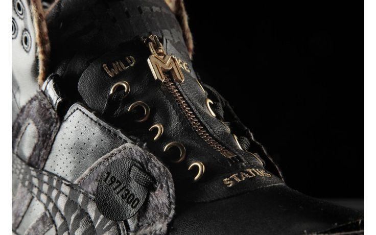 Il King del Rap Marracash ha voluto aggiungere la sua firma, renderla unica, con dettagli come la lace zip cover, personalizzata con la scritta Status - dal titolo del suo ultimo album - la celebre tagline 'Wild Life' - che richiama il suo stile di vita e il suo famoso tatuaggio - tocchi d'oro a contrasto con il nero per un tributo al vero rap style e un pendant con l'iniziale del suo nome.