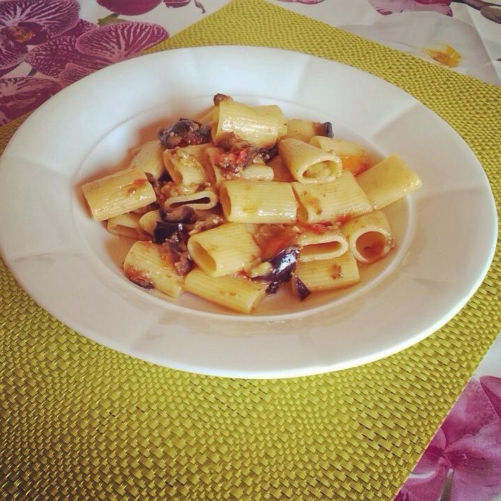 La pasta alla Norma Bianca è una variante della solita pasta alla siciliana come la si cucina di solito, ma è buonissima e più leggera.