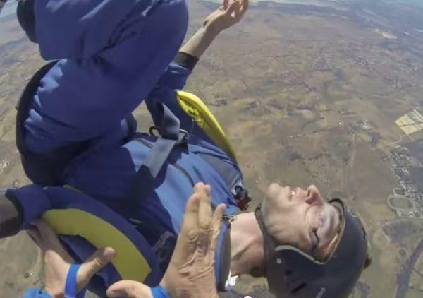 CONEXÃO BOMBEIRO : Homem tendo ataque epilético ao saltar de paraqued...