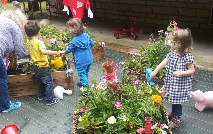 Des fraises, des carottes, des courgettes, de la rhubarbe, des tomates et de la menthe. La crèche municipale le Jardin extraordinaire, à Clichy, n'...
