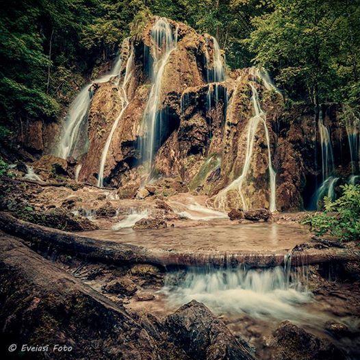 Beusnita, cea mai exotica #cascada din tara... © photographer & colorist - Eveiasi Foto — cu Eveiasi Foto. Doar in Romania.  #cascadabeusnita