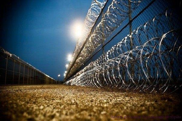 Тюрьма - в одну реку дважды... Лишь приблизившись к этому ряду построек, уже испытываешь невольное чувство тревоги. Тюрьма - низкорослые и серые дома из