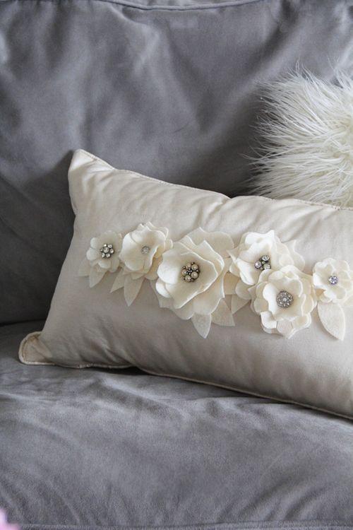 hermosa idea para completar un almohadon. Ver otras posibilidades de uso de flores de fieltro en el sito Dressformscarf, muy simples elegantes y faciles.