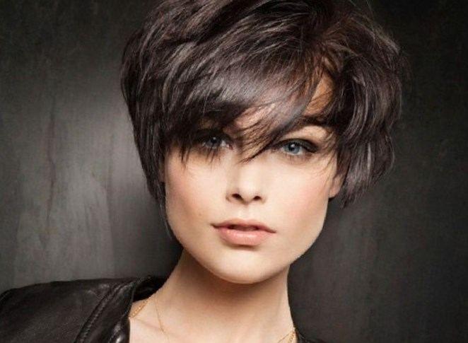 Короткие рваные стрижки подходят и женщинам за 50 лет с седыми волосами…