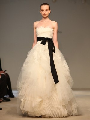 twilight-inspired gown apparently. love the bold black and the pouffy and textured layers of the skirt.