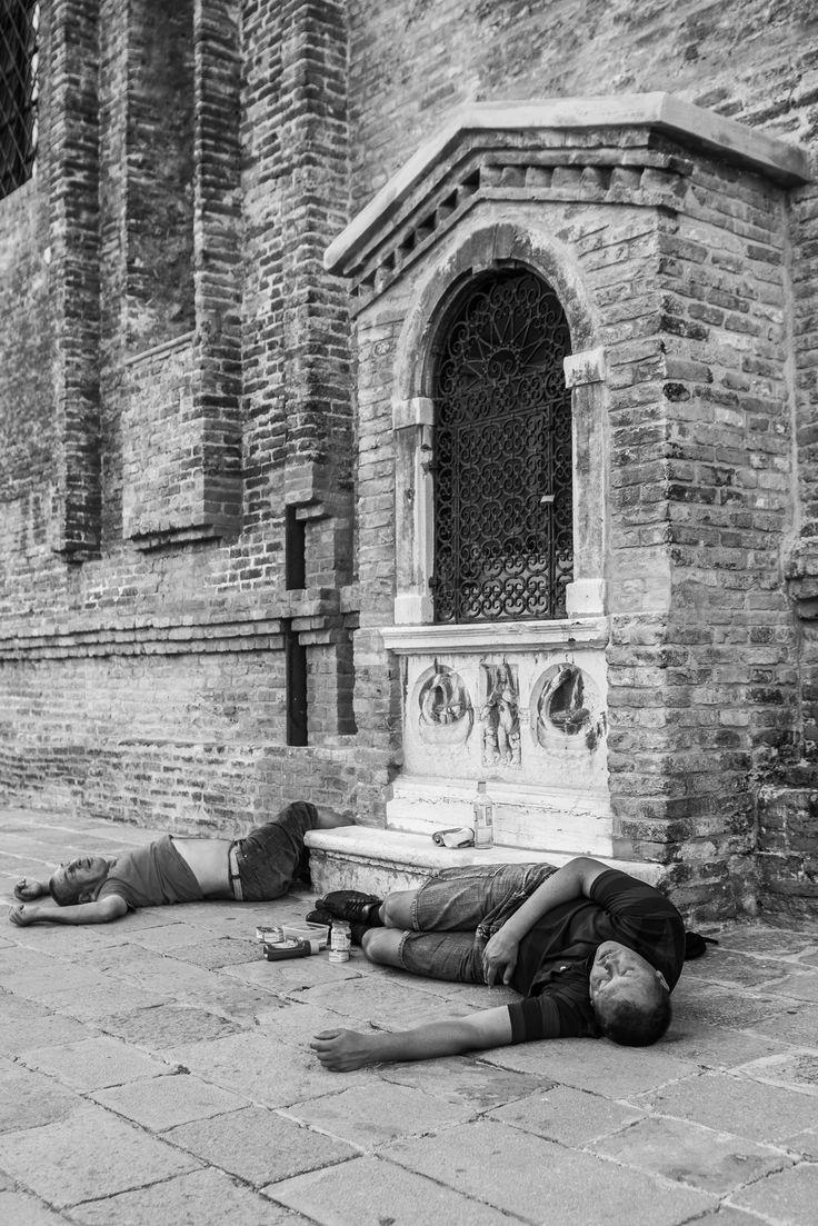 Drunken tourists sleep in the streets of Venice. #veniceheritageatrisk #UNESCO ph @SimonPadovani @awakeninginfo