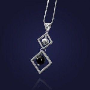 Wisiorek kółeczka w kwadratach z onyksem na prezent dla kobiety.