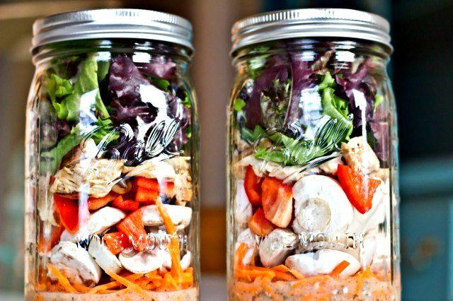 Wist je dat je ook lekkere salades mee kunt nemen in een jampot? Zo maak je de perfecte salade uit een jampot. Deze kun makkelijk je in het weekend voorbereiden.