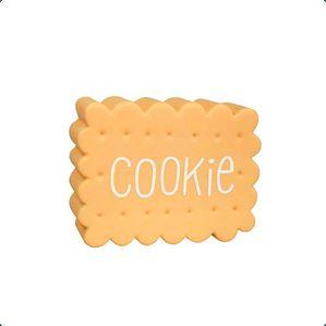 Dekorativ og sød lampe formet som en cookie/småkage fra A little lovely company. Pynter på børneværelset, i legekøkkenet og den lille købmandsbutik og skaber hygge.