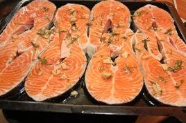 Preparare rondele de somon cu usturoi si rozmarin
