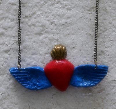 Collar corazón con alas. Disponible en: www.conspiradoras.bigcartel.com