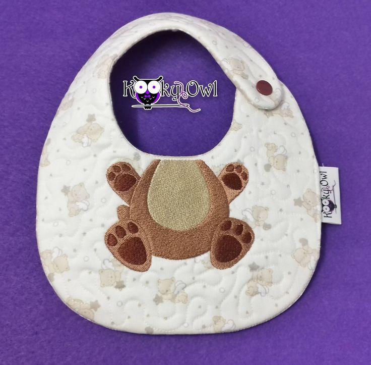Bavaglino con orso ricamato e personalizzabile con nome - Custom embroidery Baby Bib di KookyOwlCreations su Etsy