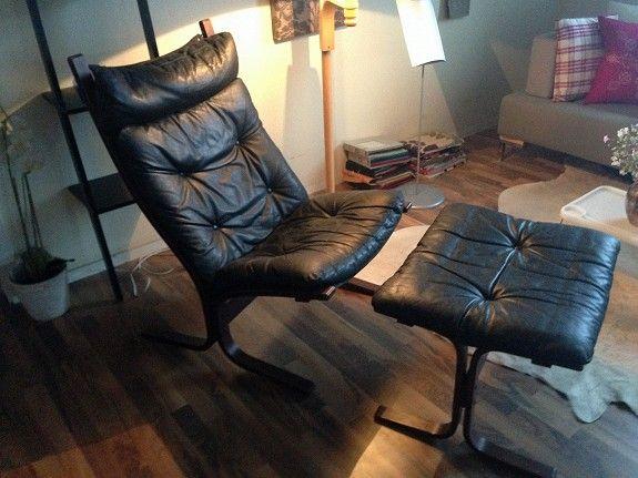 SOLGT. Siesta lenestol 2 stk og 1 skammel i sort hud, design Ingmar Relling. Stolene er strøkne. Pris kr 1 800,- pr stol og kr 500,- for skammel. Samlet pris kr. 3 500,-