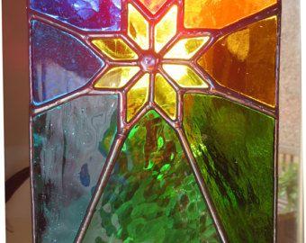 Sunburst!  Wow - een veelkleurig marvel - een helder gele zon, omringd door rainbow stralen  Welke betere manier om te vieren het donkerst tijd van het jaar!  Een bijzonder stuk  Het is zeer gepolijst een zilverachtige glans soldeer  Zoals met alle pewtermoonsilver glas op een hoog niveau van vakmanschap gemaakt. De kleuren zal nooit vervagen. U zal nog steeds genieten van dit kunstwerk voor de komende jaren  Afmeting: 24cm hoog x 14 cm breed (ca. 9 x 5 inch)  Aantrekkelijke RVS keten…