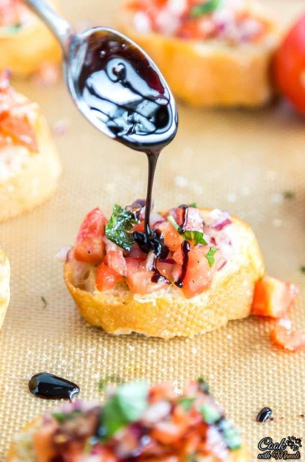 Bruschetta aux tomates, oignons et vinaigre balsamique.  15 recettes d'amuse-bouche faciles qui vont épater vos invités