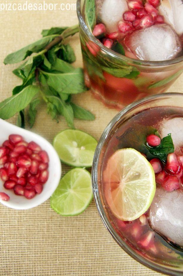 Esta bebida es perfecta para Navidad por los colores rojo y verde. Una refrescante mezcla de granos de granada, jugo de granada, yerbabuena ...