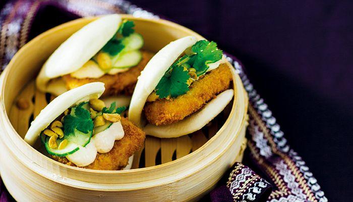 Färdiga buns finns att köpa frysta i asiatiska butiker, men går också enkelt att göra själv! Här har vi fyllt dem med krispig tofu, sesamgurka och kimchimajonnäs.