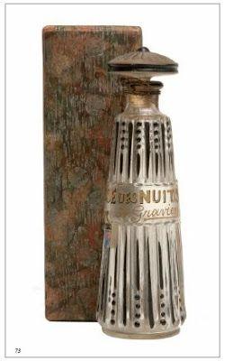 """*A. Gravel """"Breeze Nights"""". glazen fles, geribbeld ,kralen v. zwart emaille - in goud aan de ene kant """"Breeze Nights"""" GRAVEL A. Parijs gegroefde stopper met een zwarte glazen parel en bloemendecoratie. 1900 12,8 cm"""