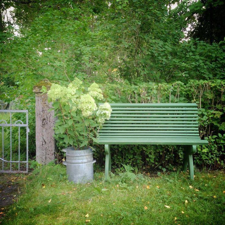 Trädgårdsbänk målad i kromoxidgrön linoljefärg. Foto: Erika Åberg. Instagram: erikashus