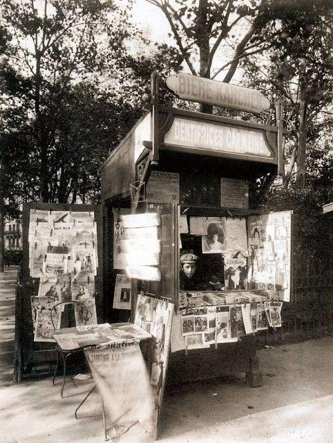 Eugène Atget. Boutique Journaux, Square Potain, Rue de Sèvres (7e arr.) Paris, 1910-11.