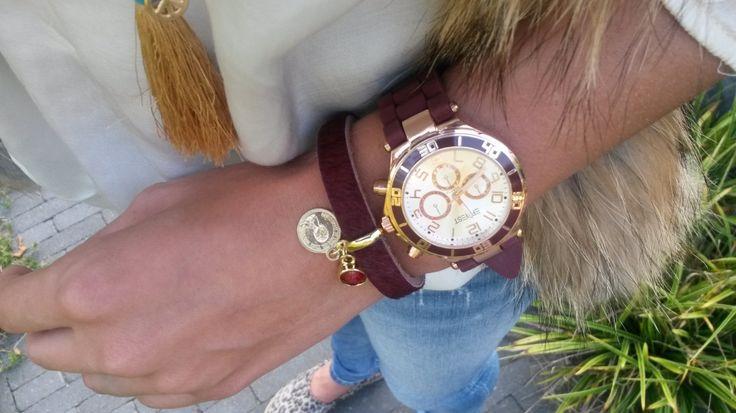 Rubber horloge in het bordeaux rood gecombineerde met de bordeaux rode armband gemaakt van echte koeienhuid.