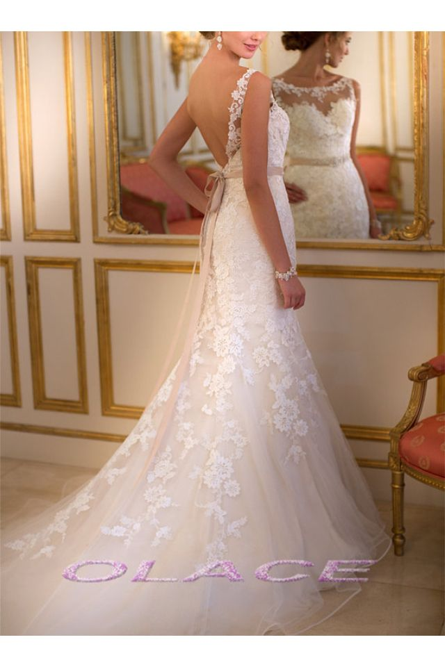 I think this delivers the best of both ... Feminine/flowy AND sexy/form-fitting all round gorgeous #wedding dress