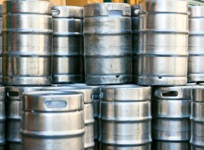 A keg is commonly used to store, transport, and serve beer. A keg, or half-barrel contains 15 1/2 gallons (1,984 ounces) of beer. A keg produces 124 pints, 165 twelve-ounce servings or approximately seven cases of beer in 12-ounce cans. Beer kegs are made of stainless steel, or less commonly, of aluminium. A half-barrel keg of beer weighs about 161 pounds. Keg sizes are not standardized, so volumes and measurements can vary slightly between countries.