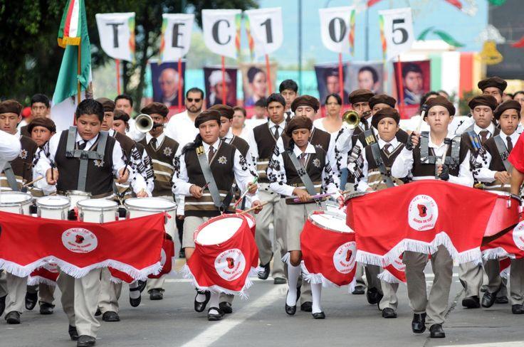 La banda de guerra Cardenales, de la Escuela Secundaria Técnica 105, dio gran colorido al desfile cívico-militar, mostrando disciplina y coordinación.
