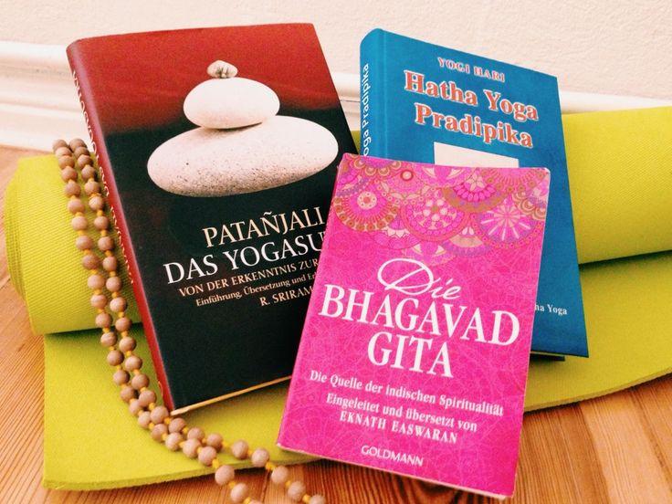 Das Yoga Sutra, die Bhagavad Gita und die Hatha Yoga Pradipika sind vielleicht die wichtigsten Yoga Bücher. Welche Ausgaben gut sind, erfährst du im Blog...