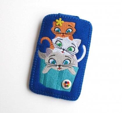 trzy kotki- miauuuuu- etui na smartfona (proj. Pracownia Nitki)