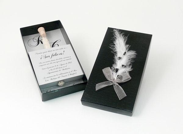 PLUMA  Invitación elegante en caja negra decorada con pluma y lágrima, contiene un tubo de arroz