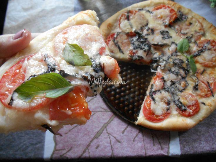 Пицца с помидорами, моцареллой и базиликом а-ля Капрезе