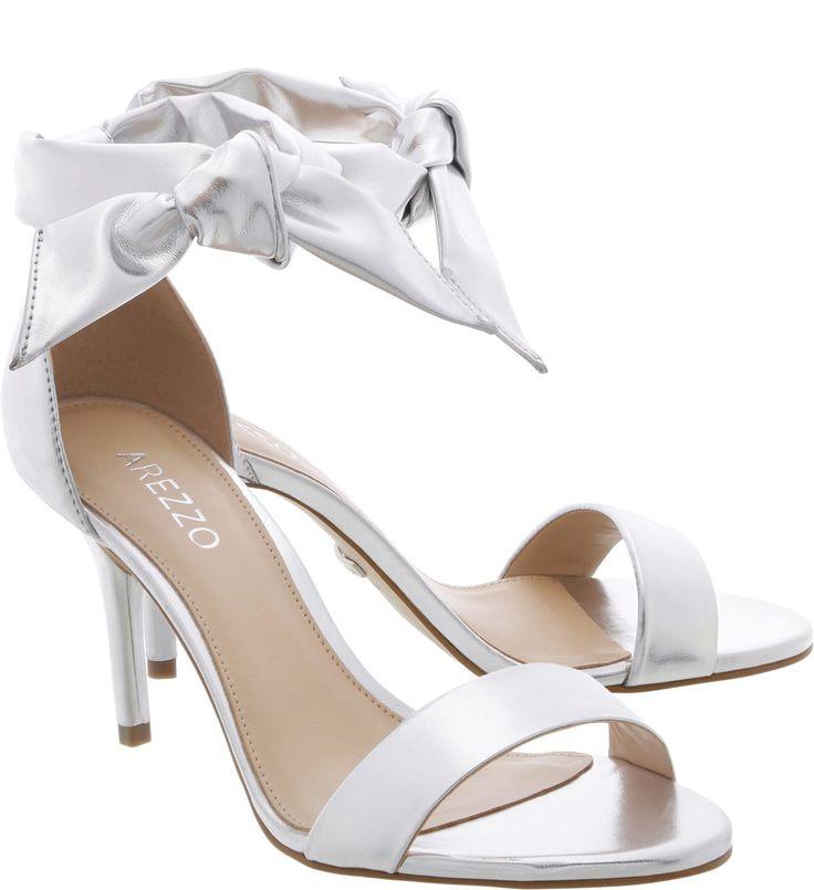 Mulheres com estilo mais despojado e divertido irão querer incluir essa sandália nos seus próximos looks. No lugar da pulseira fina para fechamento no tornozelo, o clássico modelo de salto fino médio
